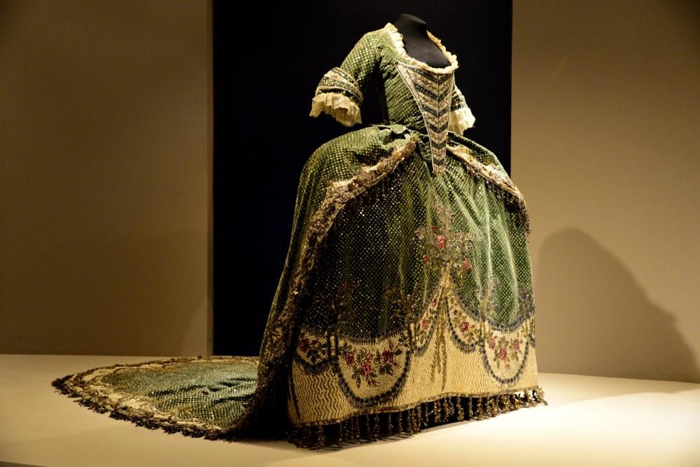 Vestido. Elaborado a mano. Siglo XVIII. Foto He_ctor Montan_o INAH-b