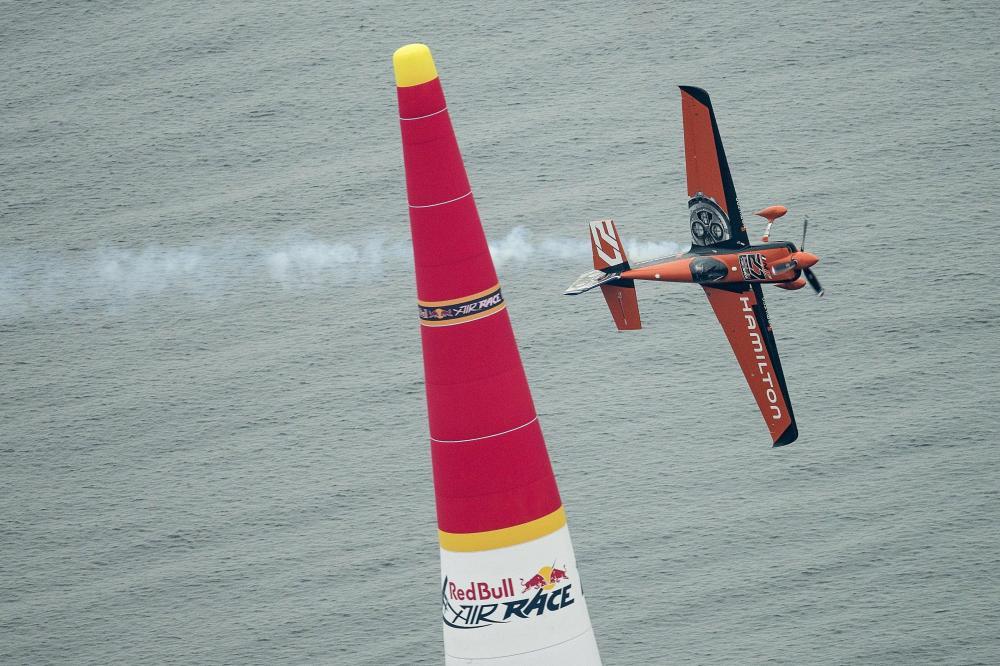 Nicolas Ivanoff volando durante Red Bull Air Race_Chiba 2015_Foto_Jorg Mitter_Red Bull Content Pool